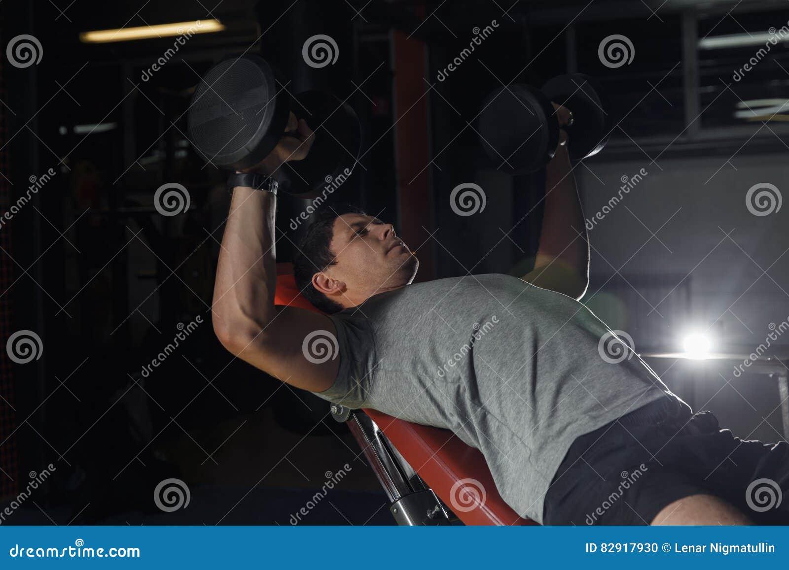 Formation de Bodybuilder dans le gymnase : coffre - banc à presse d haltère