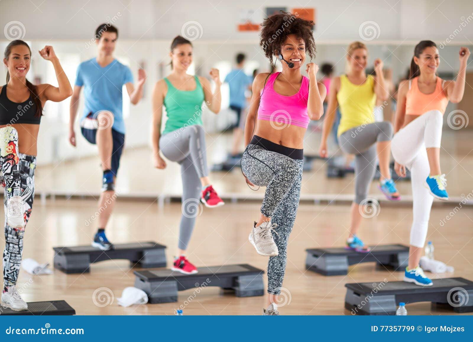 Formation femelle de groupe d avance d entraîneur au centre de fitness