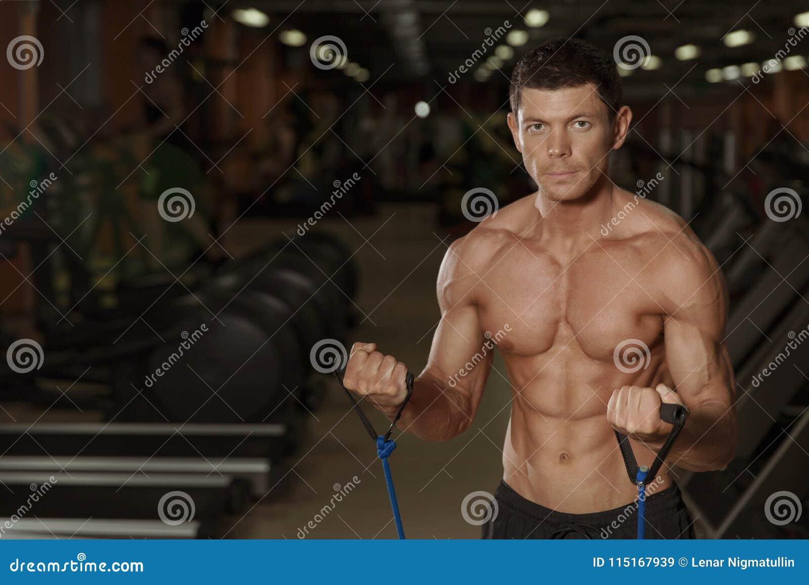 Formation sportive d homme dans le centre de fitness, vue de face