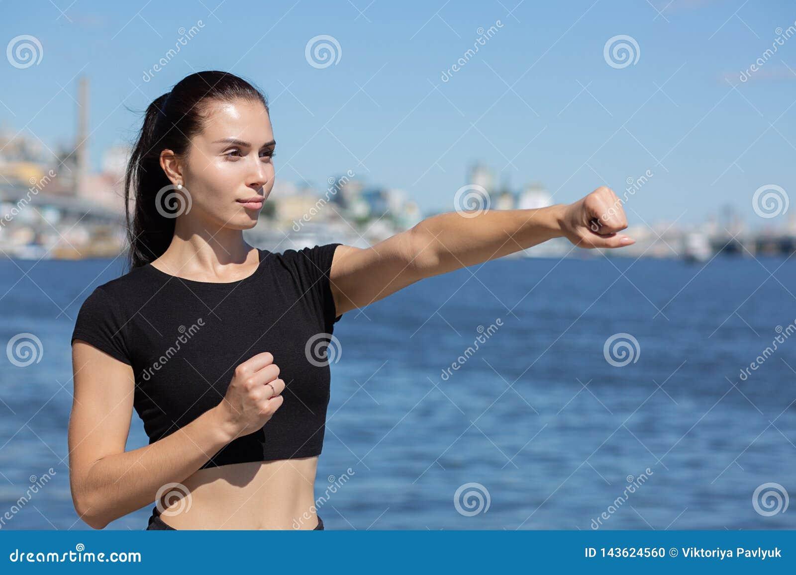 Formation sportive forte de fille à enfermer dans une boîte près de la rivière L espace pour le texte