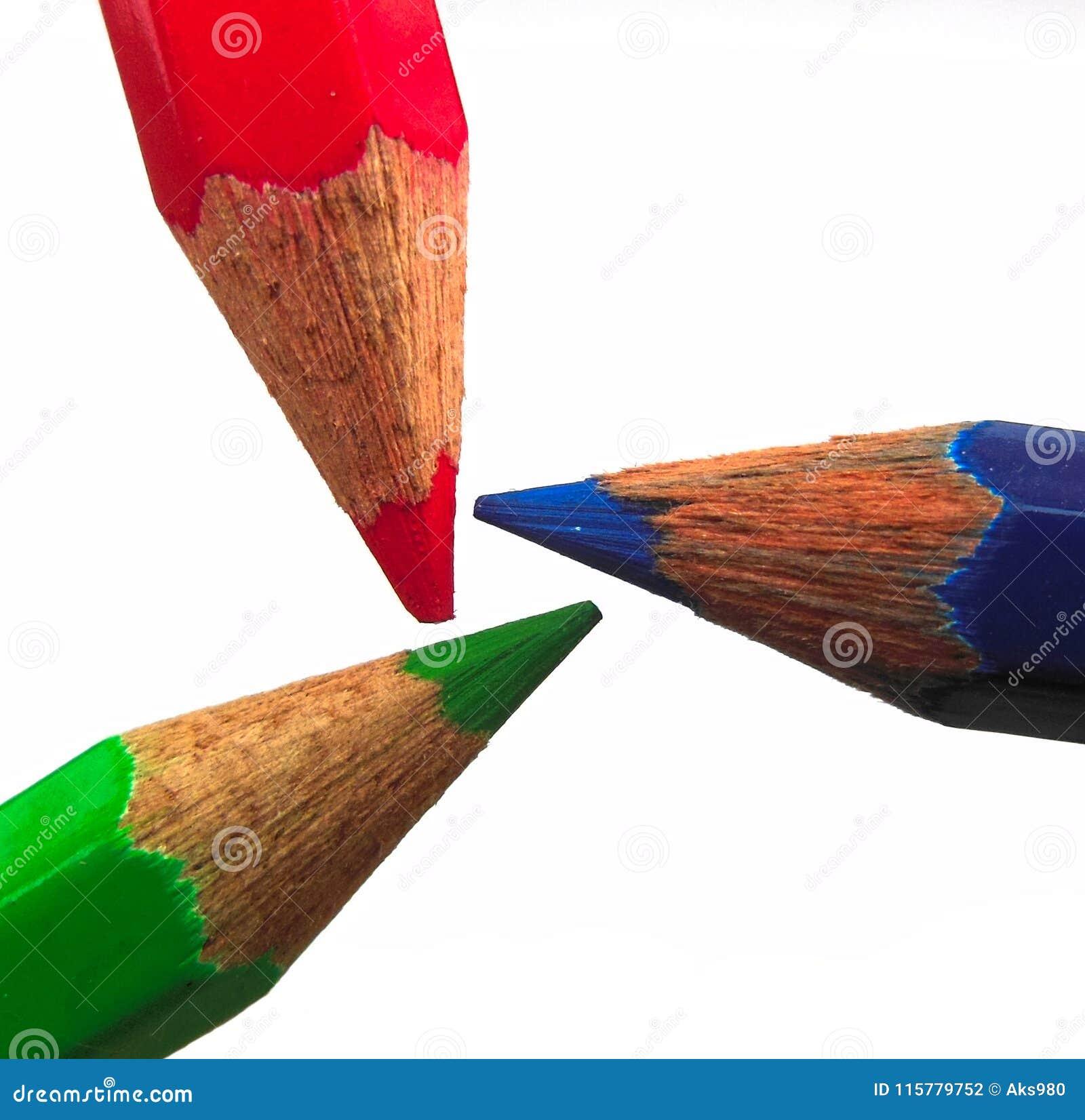 Formation vert-bleu rouge de triangle de crayons montrant l espace chromatique de RVB d isolement sur le fond blanc