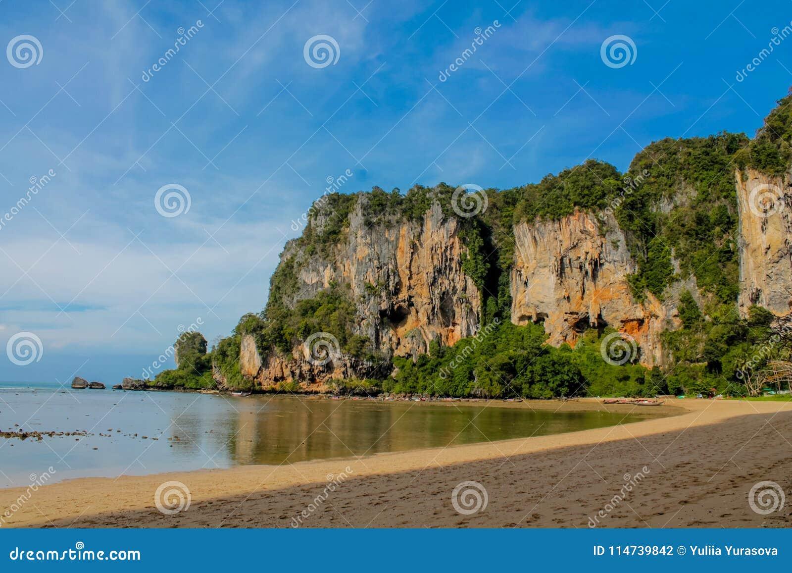Formations de roche de chaux de Railay et de Ton Sai Beach dans Krabi, Thaïlande