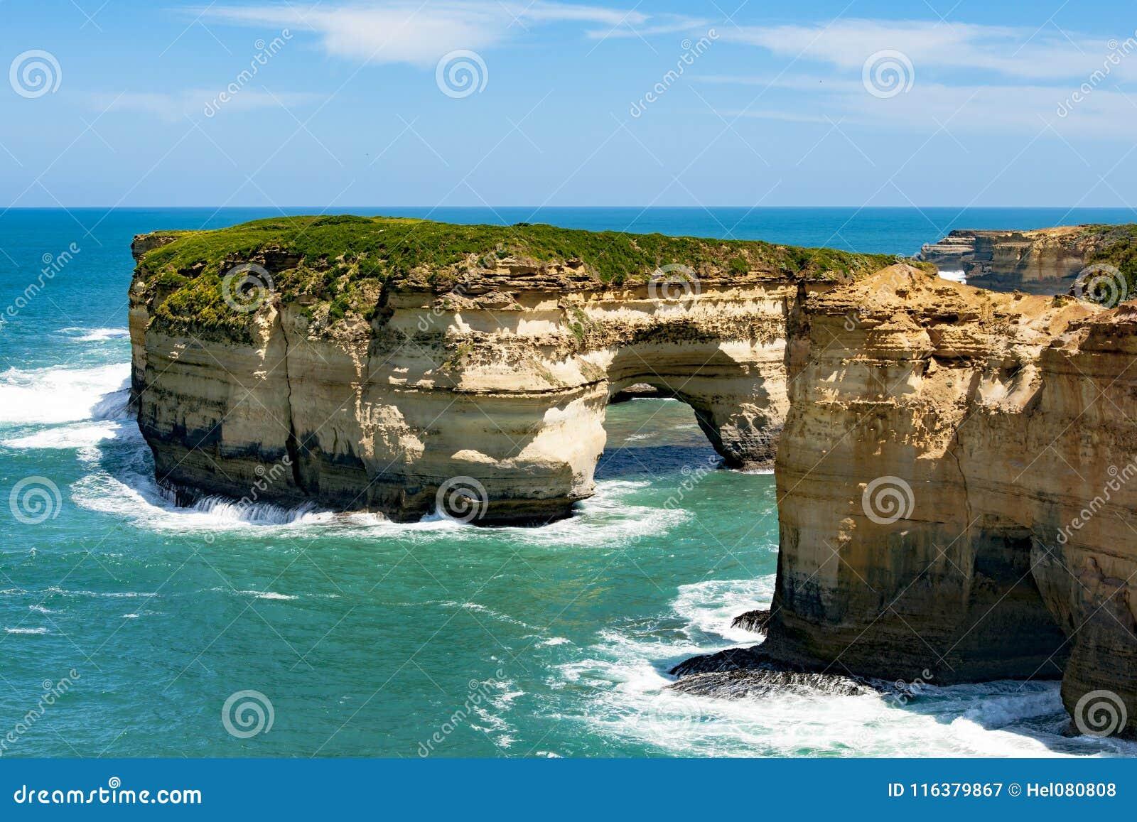 Formations de roche dans des apôtres de la baie douze, Australie, lumière de matin aux apôtres de la formation de roche douze