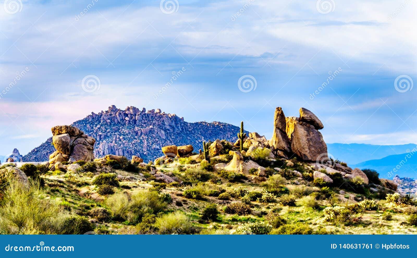 Formations de roche intéressantes vues de la traînée du pouce de Tom dans les montagnes rocailleuses de la chaîne de montagne de
