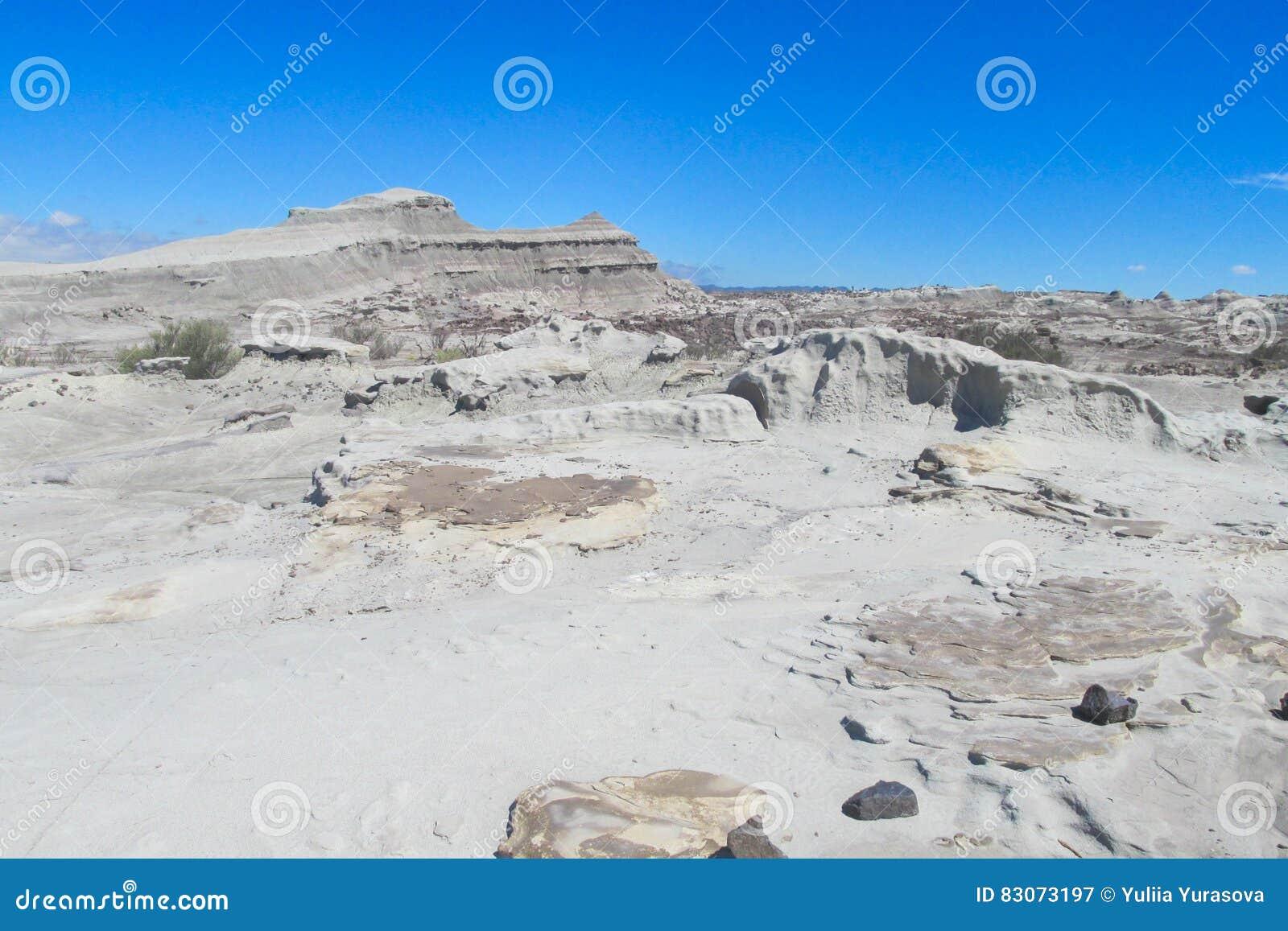 Formations de roche Vent-érodées de pierre grise dans le désert