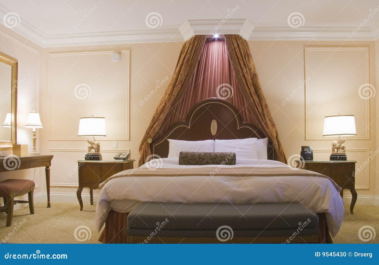 https://thumbs.dreamstime.com/z/formato-del-re-del-baldacchino-della-camera-da-letto-della-base-9545430.jpg