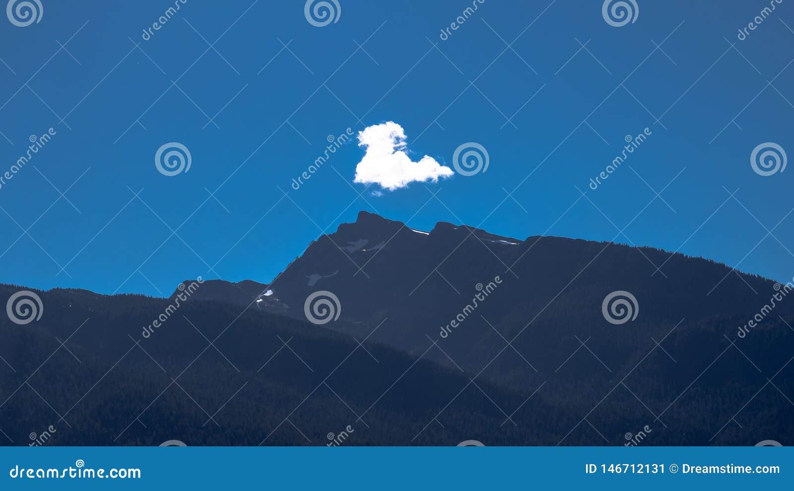 Formazione della nuvola della montagna