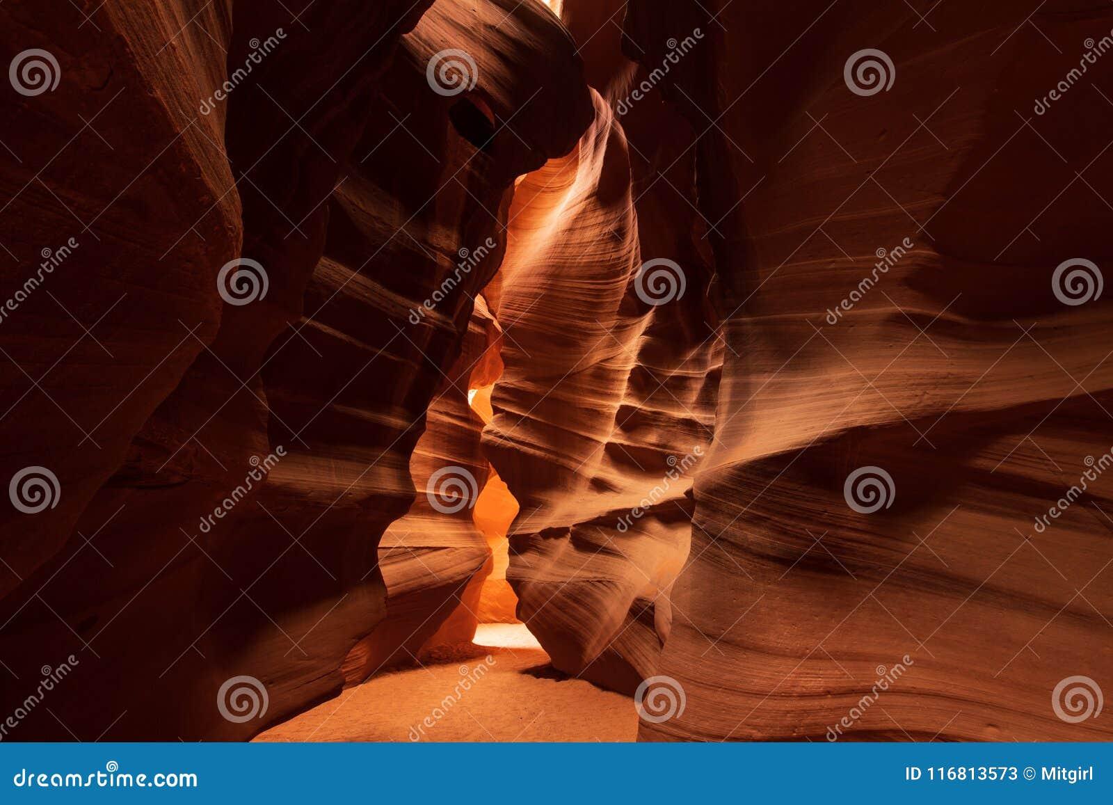 Formazione di modello astratta di luce e di ombra nel canyon superiore dell antilope
