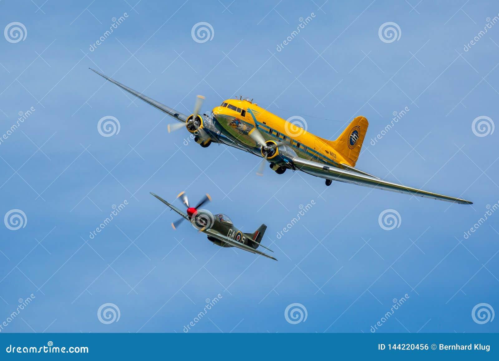 Formazione di mustang P-51 e di Douglas nordamericani DC-3 Skytrain