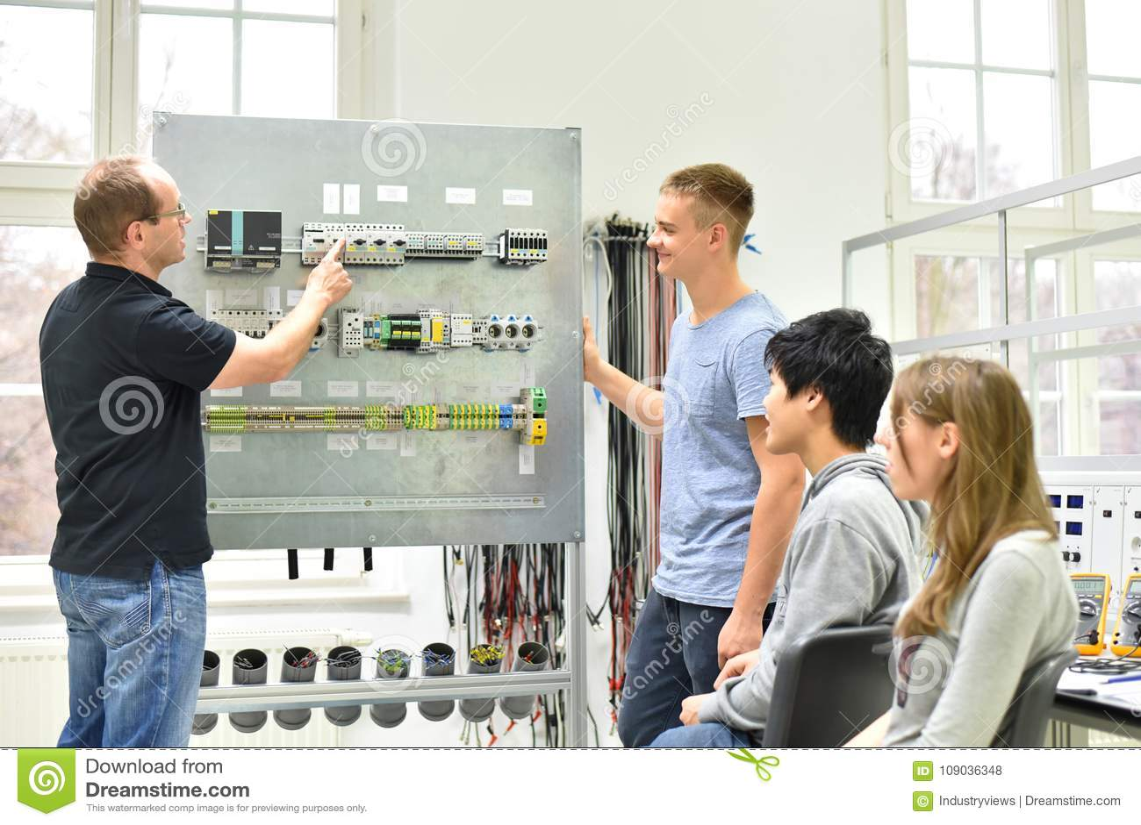 Formazione professionale tecnica nell industria: giovani apprendisti e