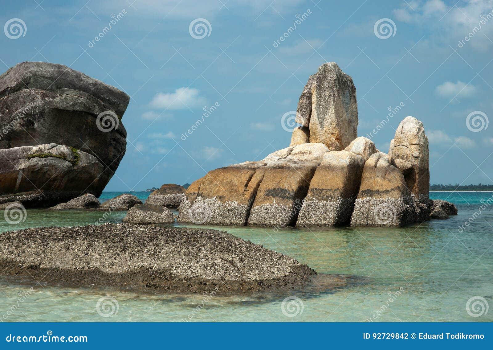 Formazione rocciosa naturale della costa in mare all isola del Belitung, Indonesia