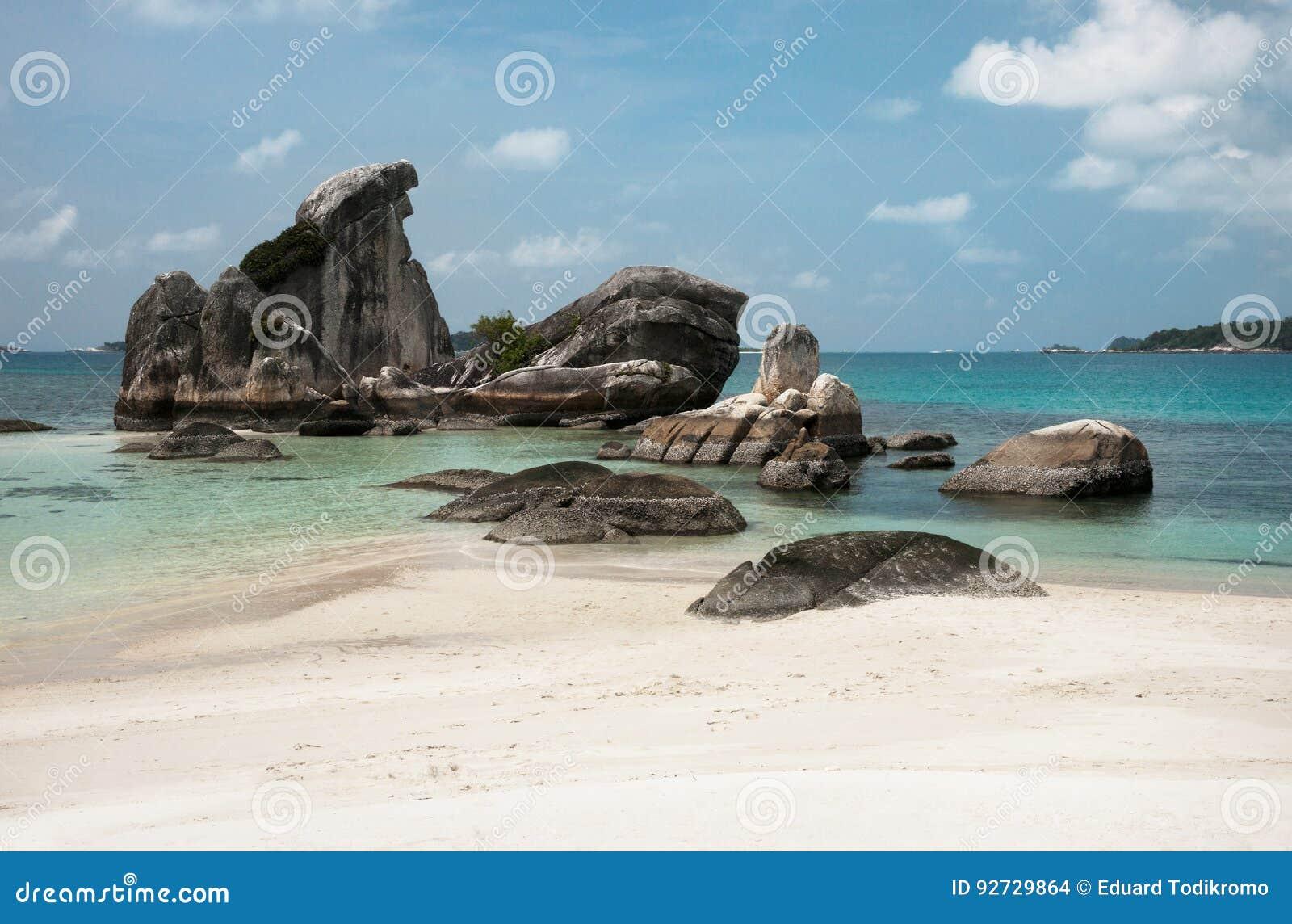 Formazione rocciosa naturale nel mare e su una spiaggia di sabbia bianca nell isola del Belitung, Indonesia