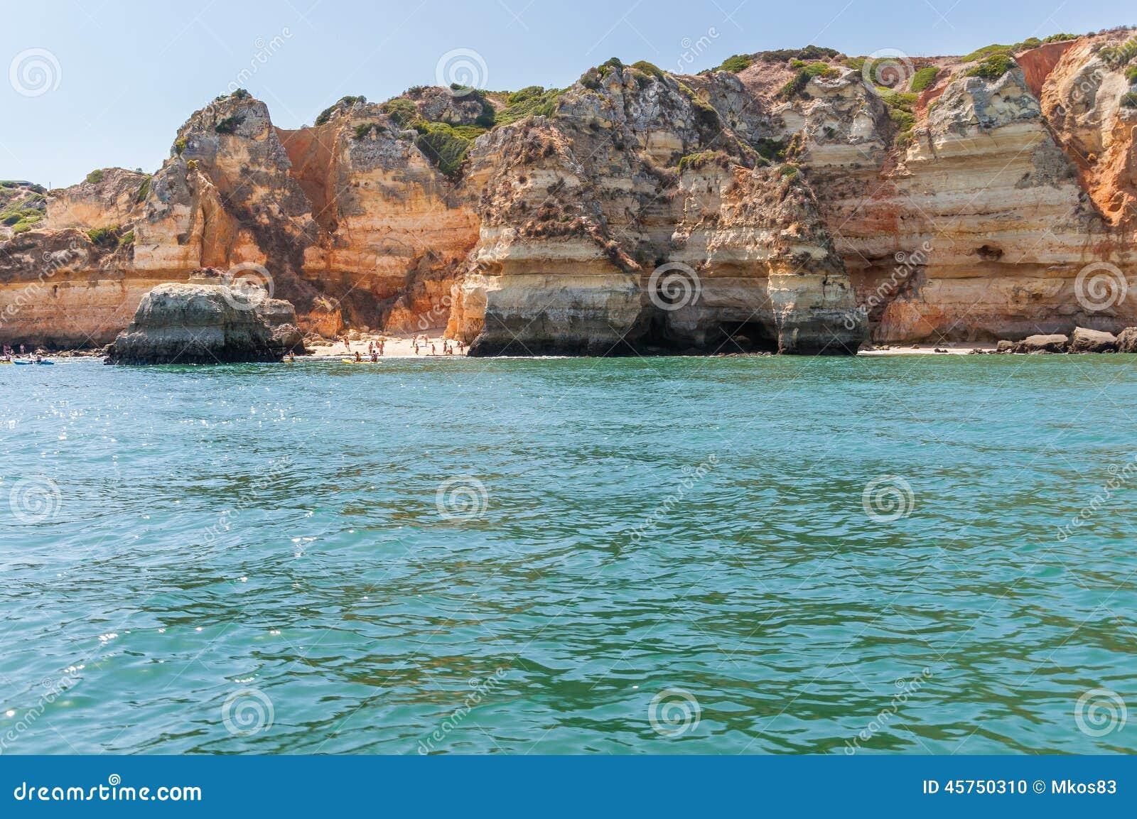 Formazioni rocciose e spiaggia selvaggia nel Portogallo