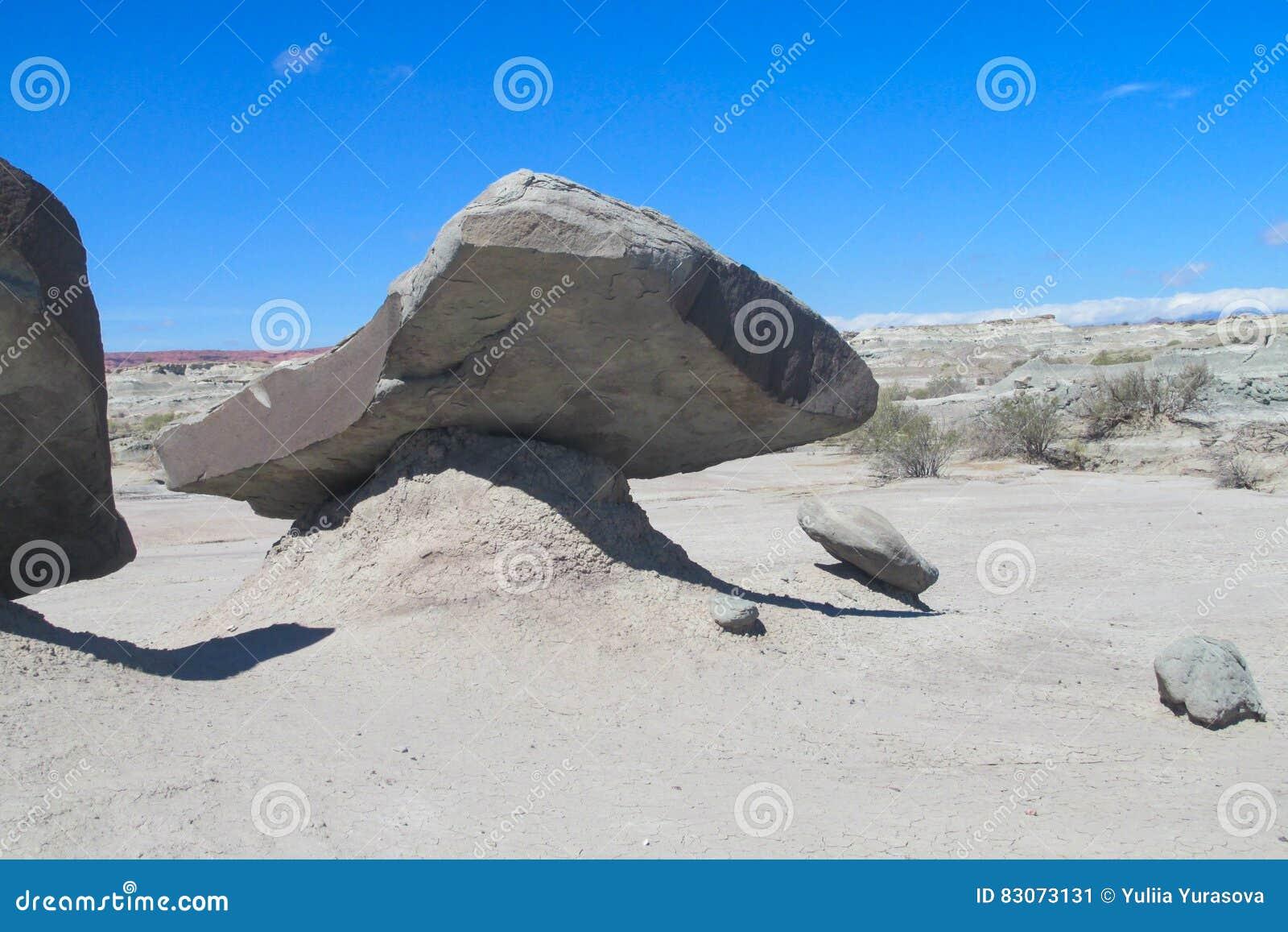 Formazioni rocciose Vento-erose della pietra grigia in deserto