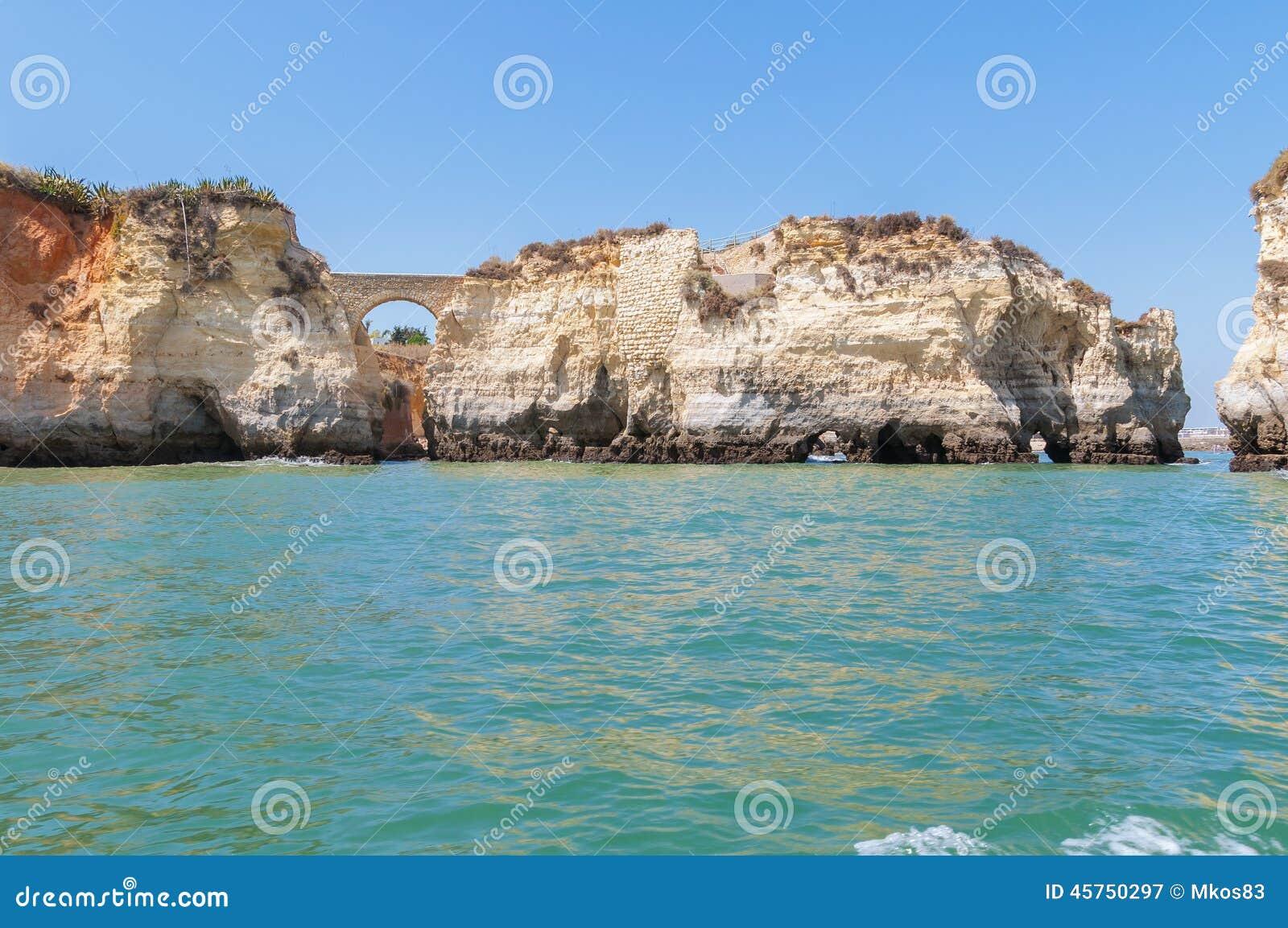 Formazioni rocciose vicino a Lagos veduta dall acqua