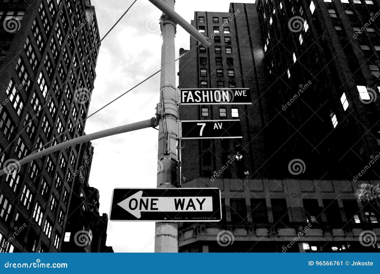Forme a avenida na seta da rua de sentido único de New York City A