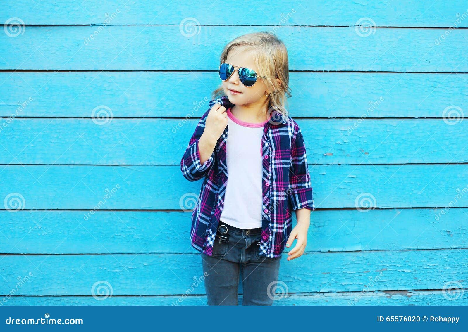 Forme a criança na cidade, vestir à moda da criança óculos de sol