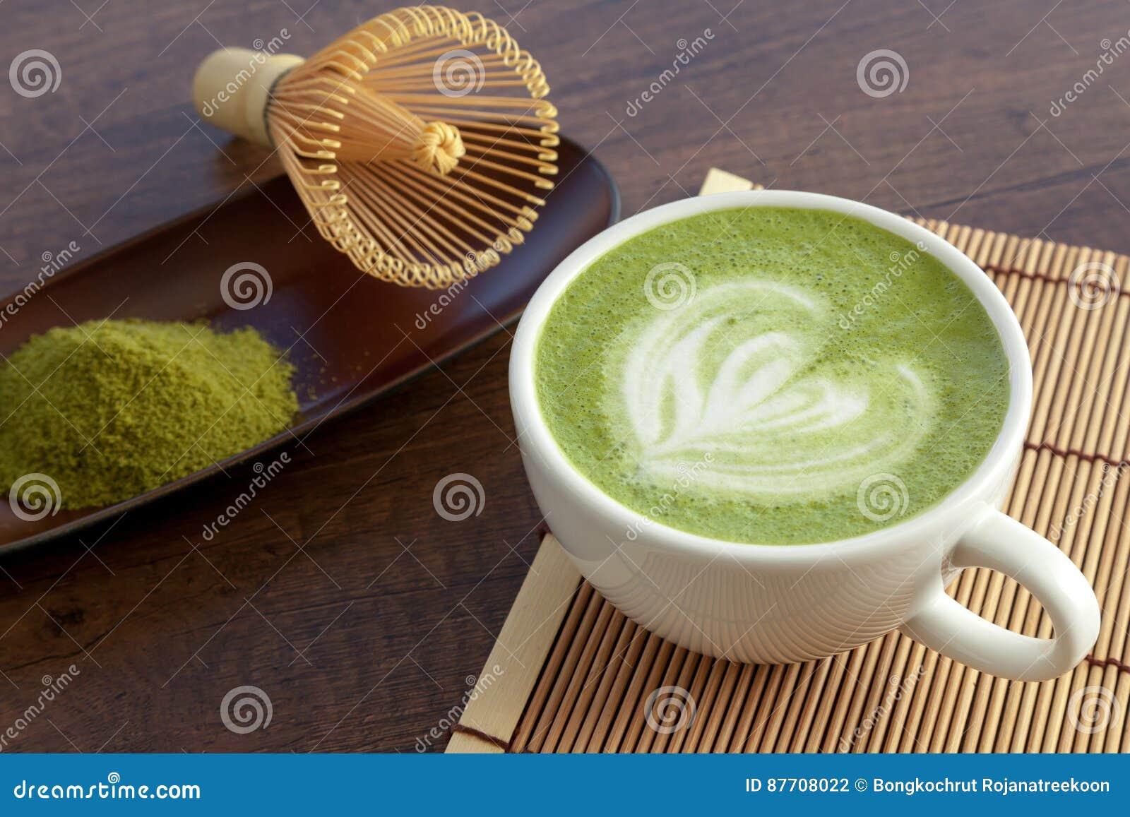 Forme de coeur d art de latte de Matcha sur le dessus sur la table en bois avec le certain GR