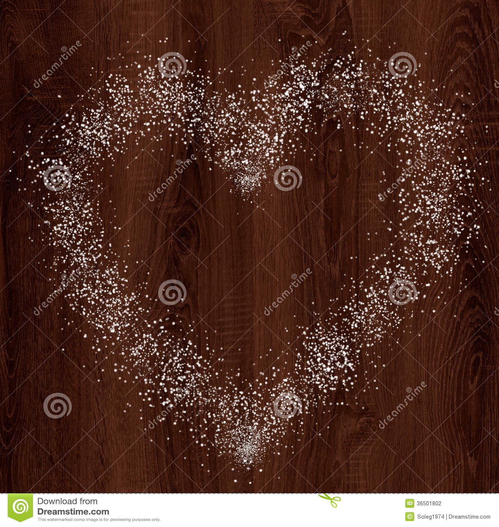 Forme de coeur de neige sur le fond en bois foncé