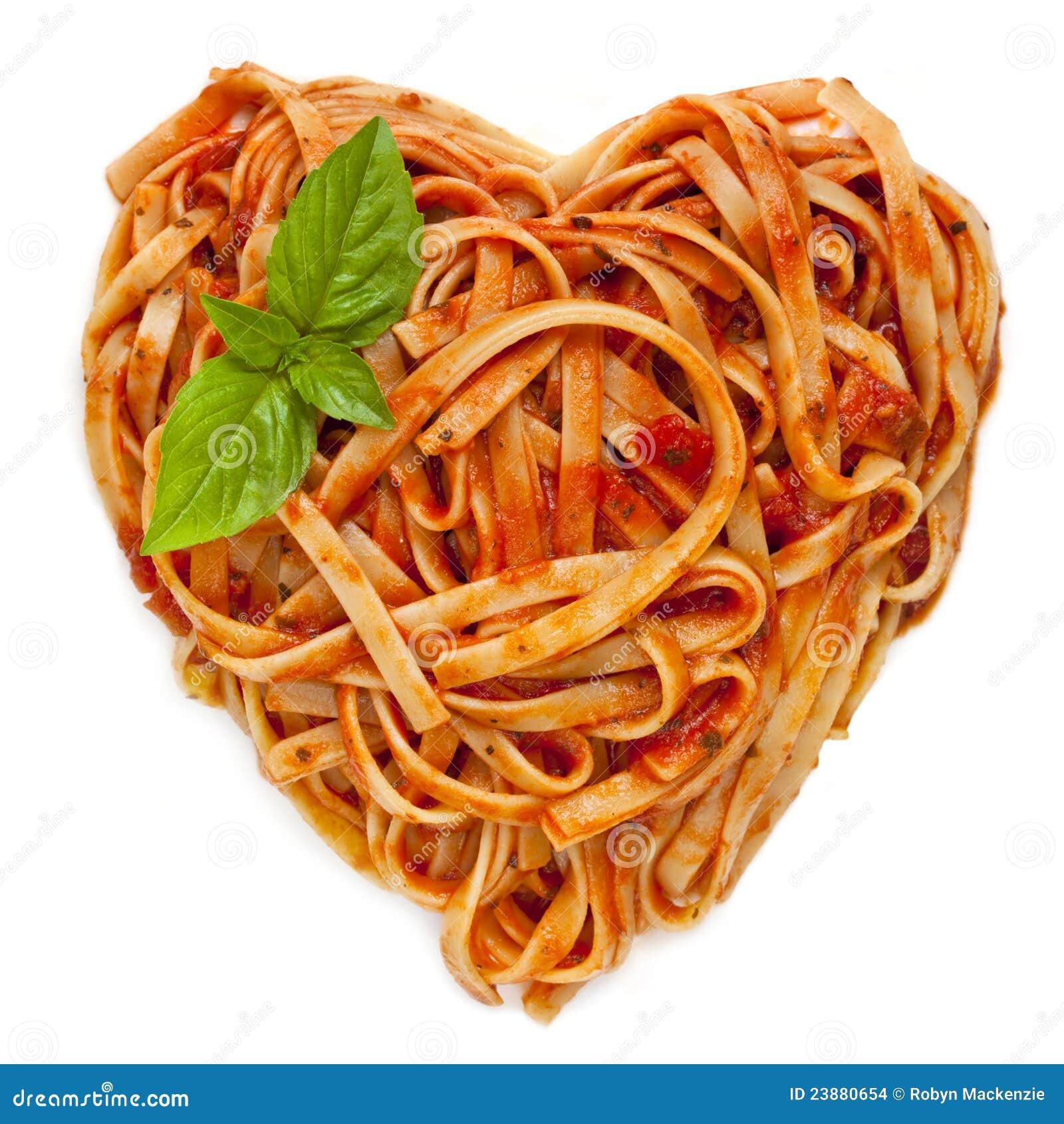 forme-de-coeur-de-spaghetti-avec-le-basilic-23880654