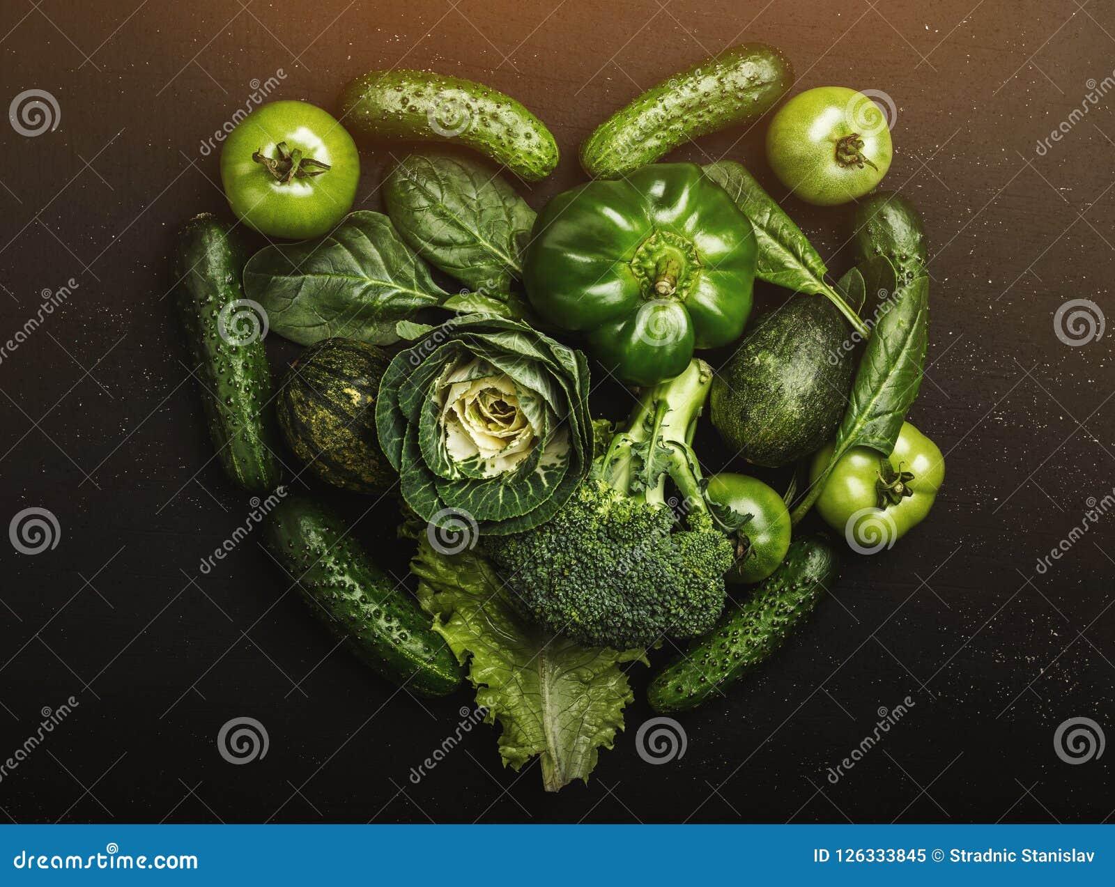 Forme de forme de coeur par de divers légumes sains verts, vue supérieure