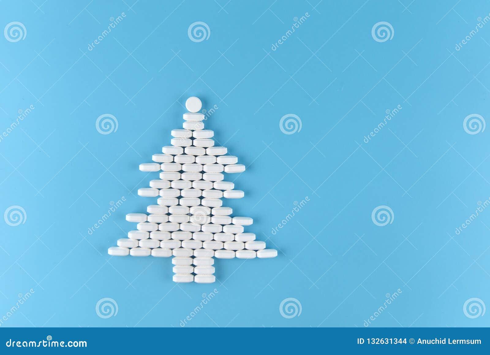 Forme de pilules de médecine d arbre de Noël sur le fond bleu Noël de concept et nouvelle année