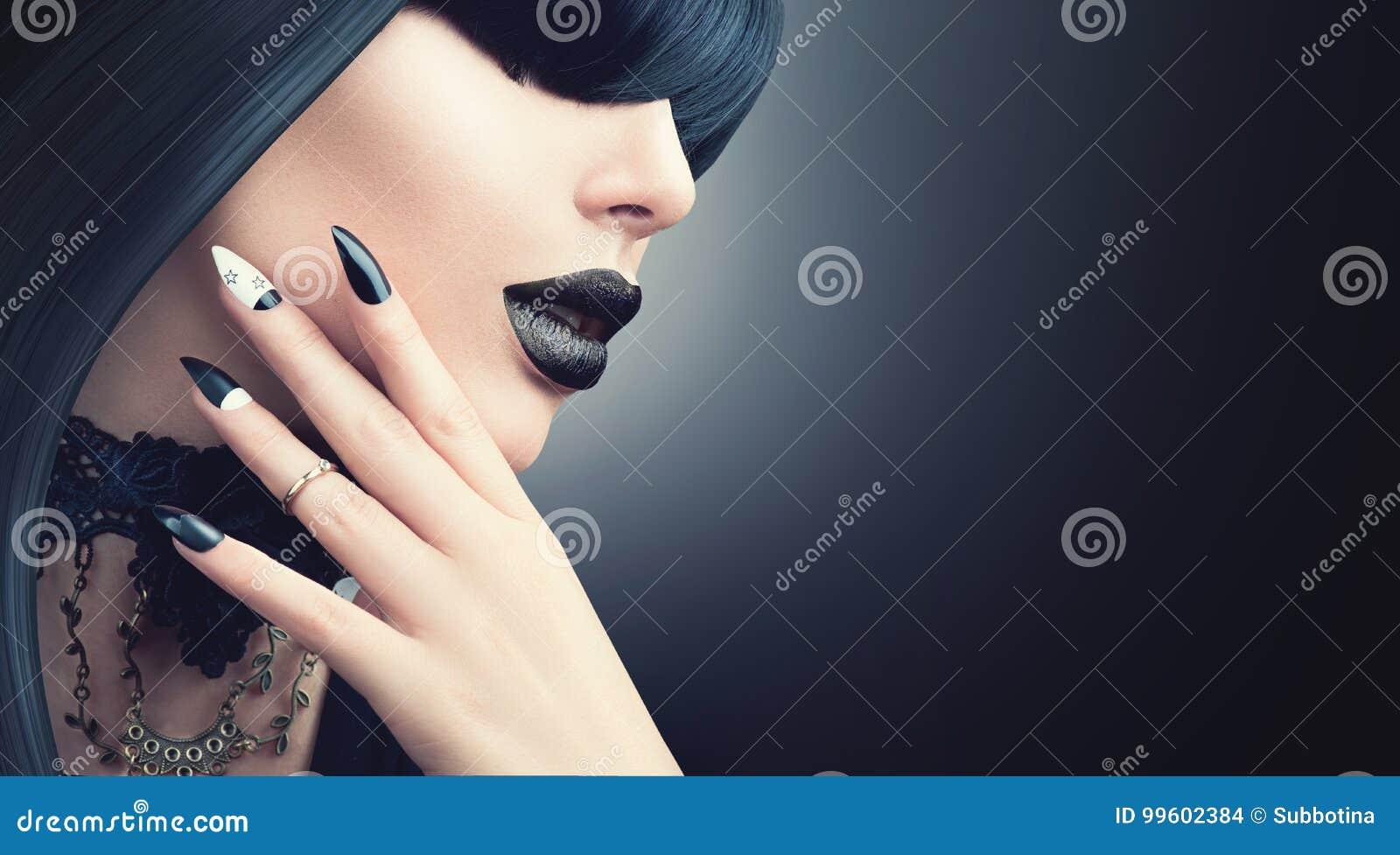 Forme a Dia das Bruxas a menina modelo com penteado preto gótico, composição e tratamento de mãos