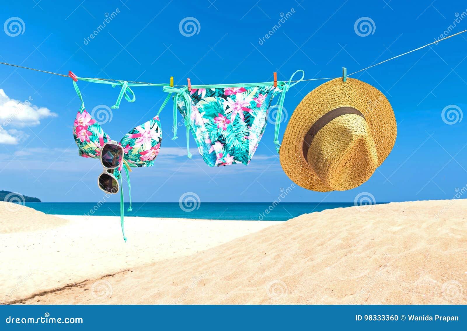 Forme el bikini del traje de baño del verano, las gafas de sol y el sombrero grande en cuerda Sistema elegante de la playa del bi