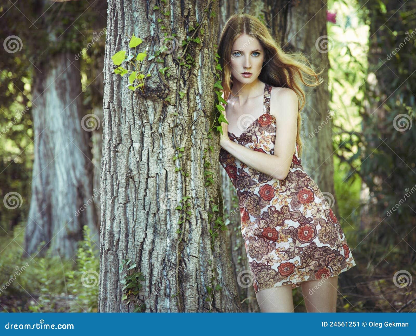 ef3793e34 Forme El Retrato De La Mujer Sensual Joven En Jardín Imagen de ...