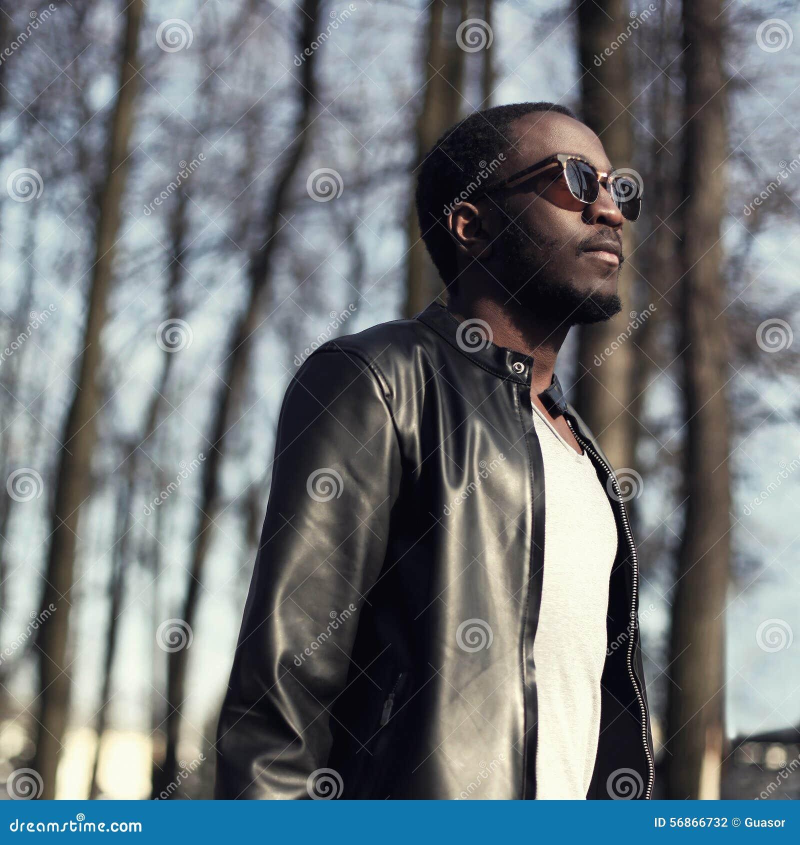 Forme el retrato del hombre africano hermoso en chaqueta de cuero negra
