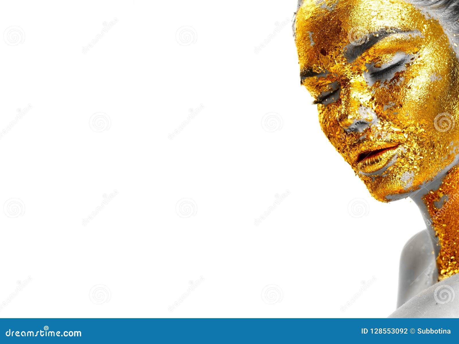 Forme el retrato del primer de oro de la cara del ` s de la mujer Muchacha modelo con la hoja de oro agrietada en piel joyería