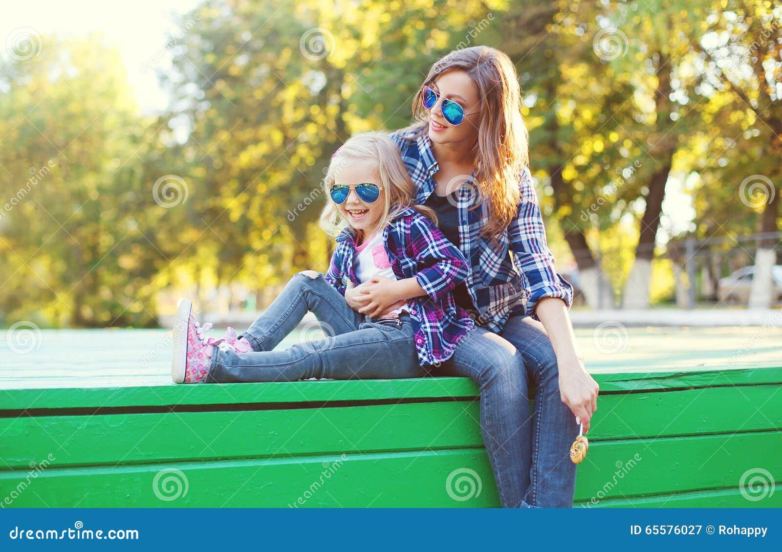 Forme a filha feliz da mãe e da criança que tem o divertimento