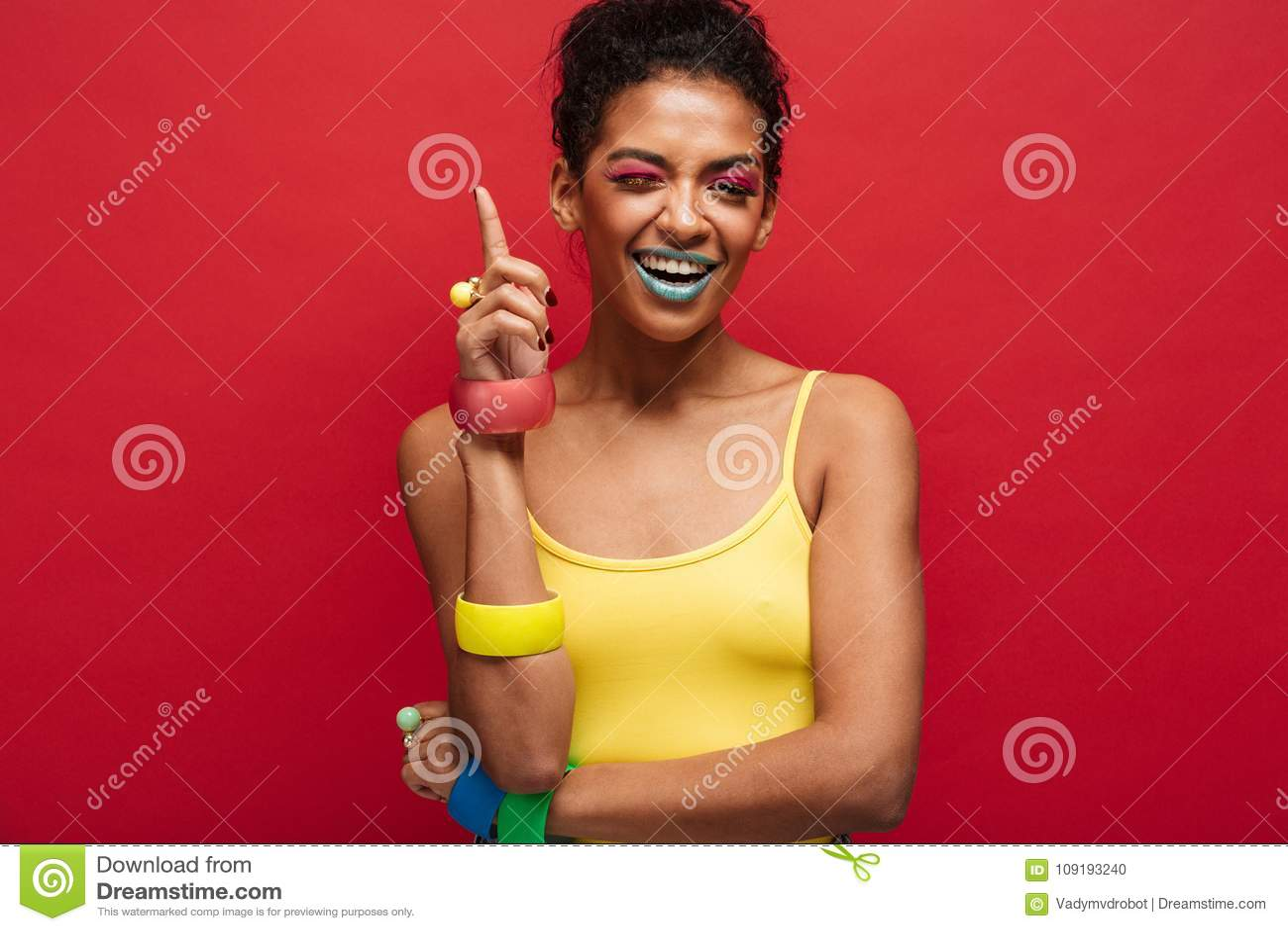 Forme la imagen del modelo femenino afroamericano alegre en amarillo