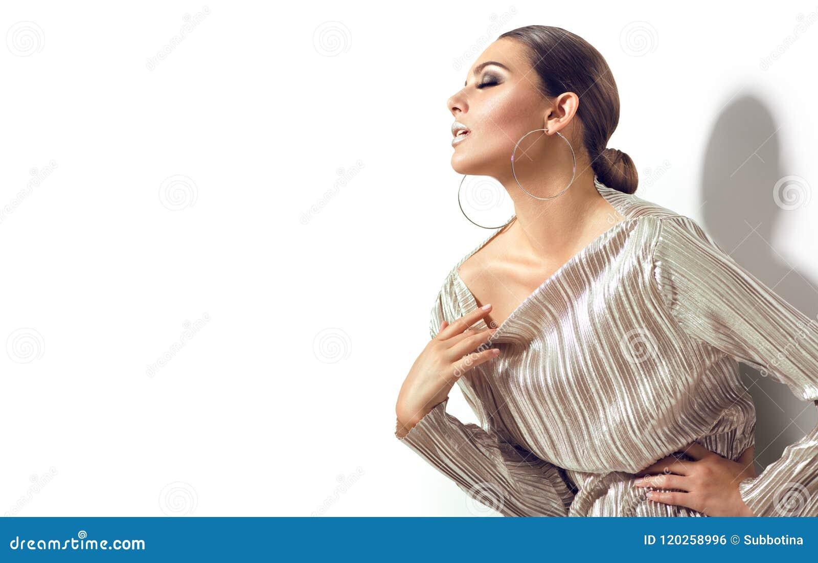 Forme a la muchacha modelo morena aislada en el fondo blanco Mujer atractiva de la belleza del encanto con maquillaje perfecto