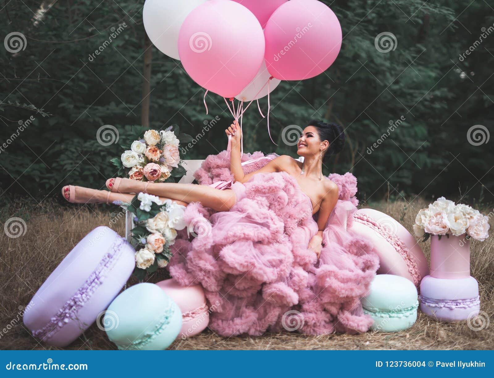 552712b1d Forme A La Mujer Atractiva Vestida En El Vestido Espectacular Rosado ...