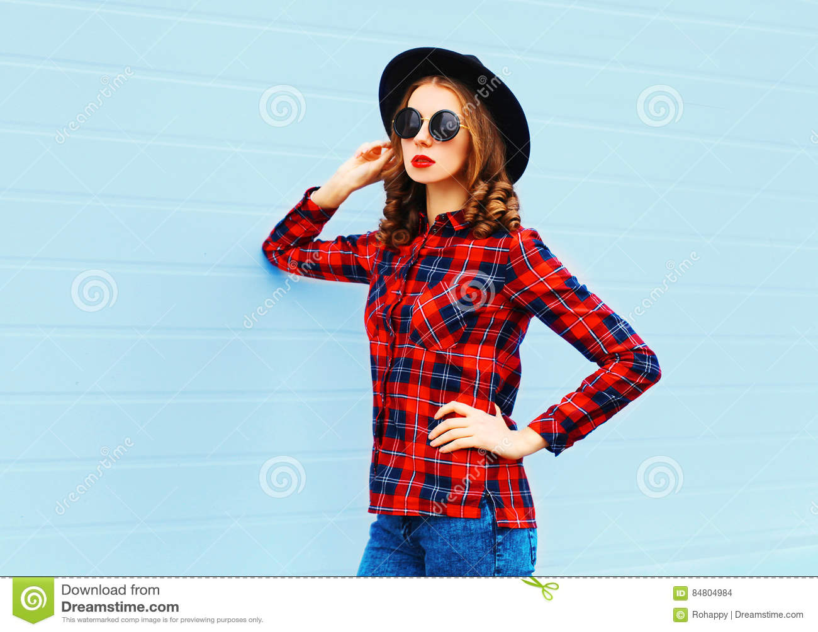 Forme A La Mujer Joven Que Presenta El Sombrero Negro Que Lleva ... 3e897b55938