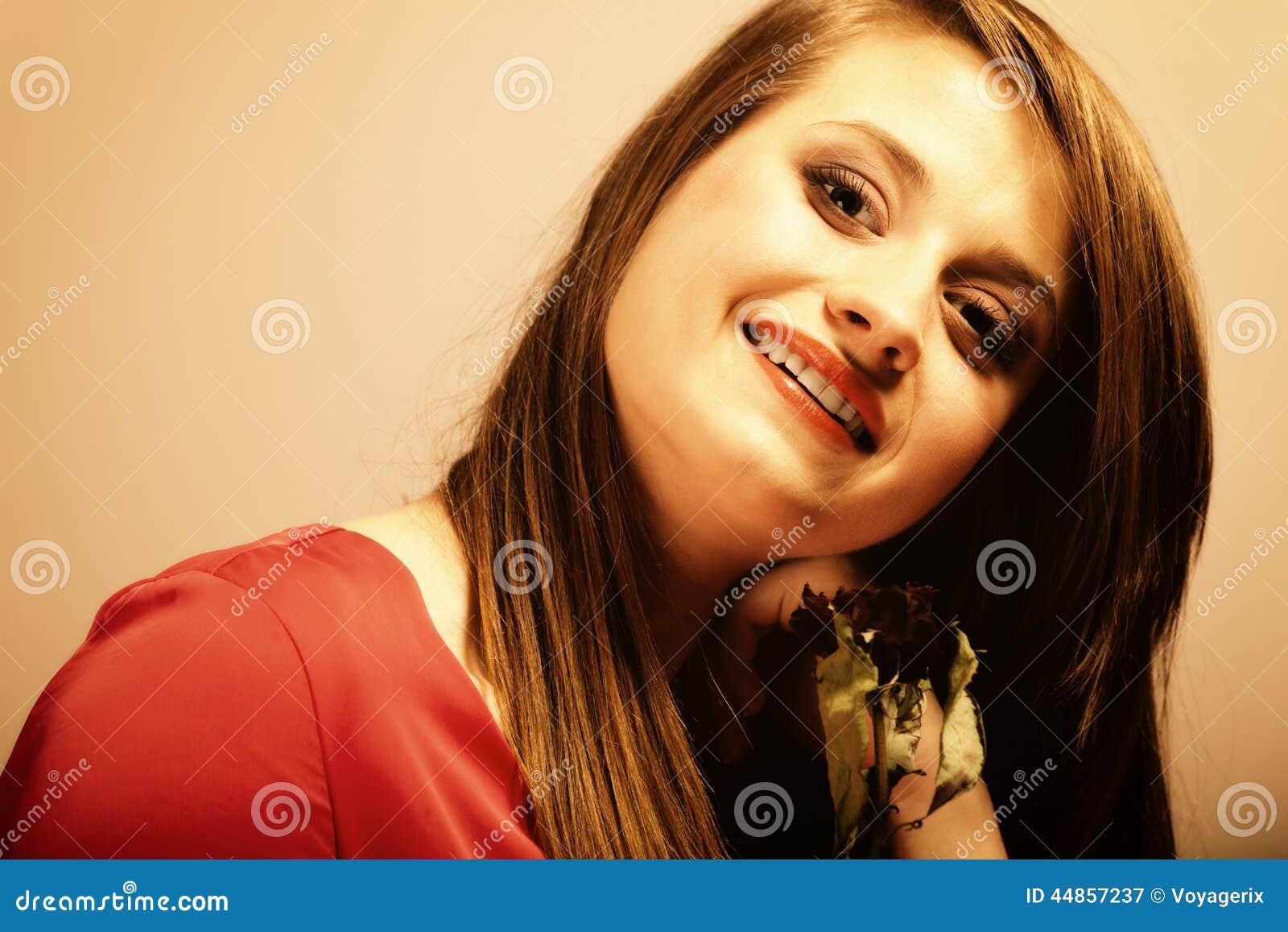 Forme a la mujer que subió la muchacha adolescente en vestido rojo con seco
