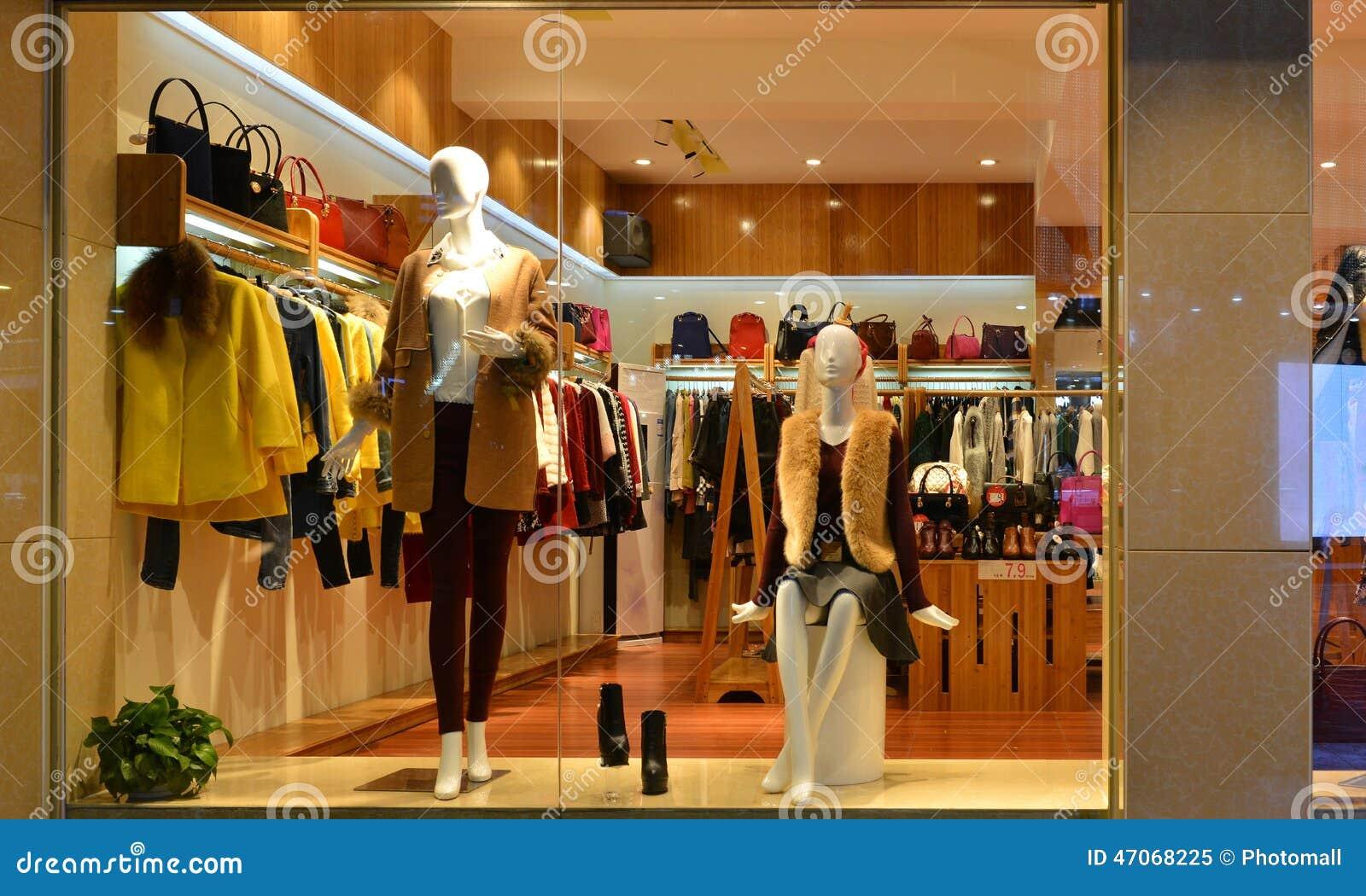 Forme la ventana de exhibición del boutique con los maniquíes, ventana de la venta de la tienda, frente de la ventana de la tiend