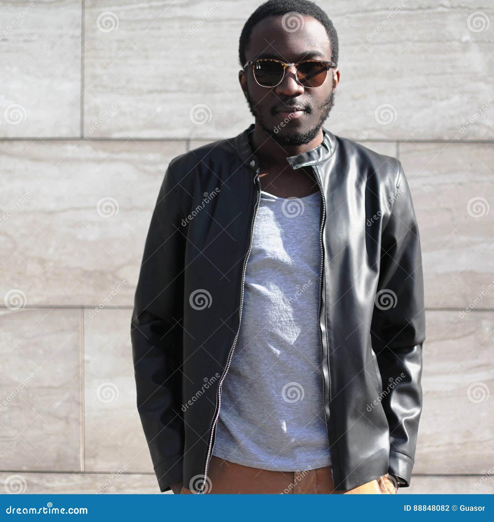 Forme Las Gafas De Sol Que Llevan Del Hombre Africano