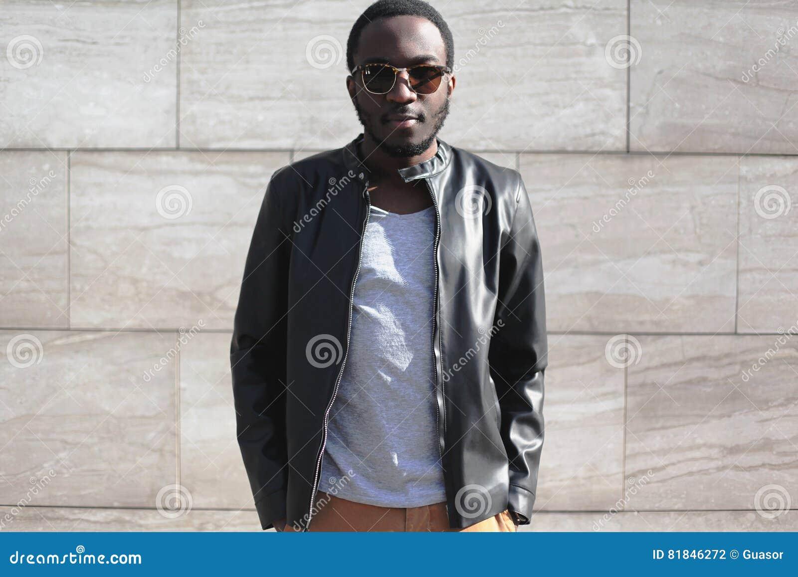 Forme A Llevar Africano Del Hombre Las Gafas De Sol Y La