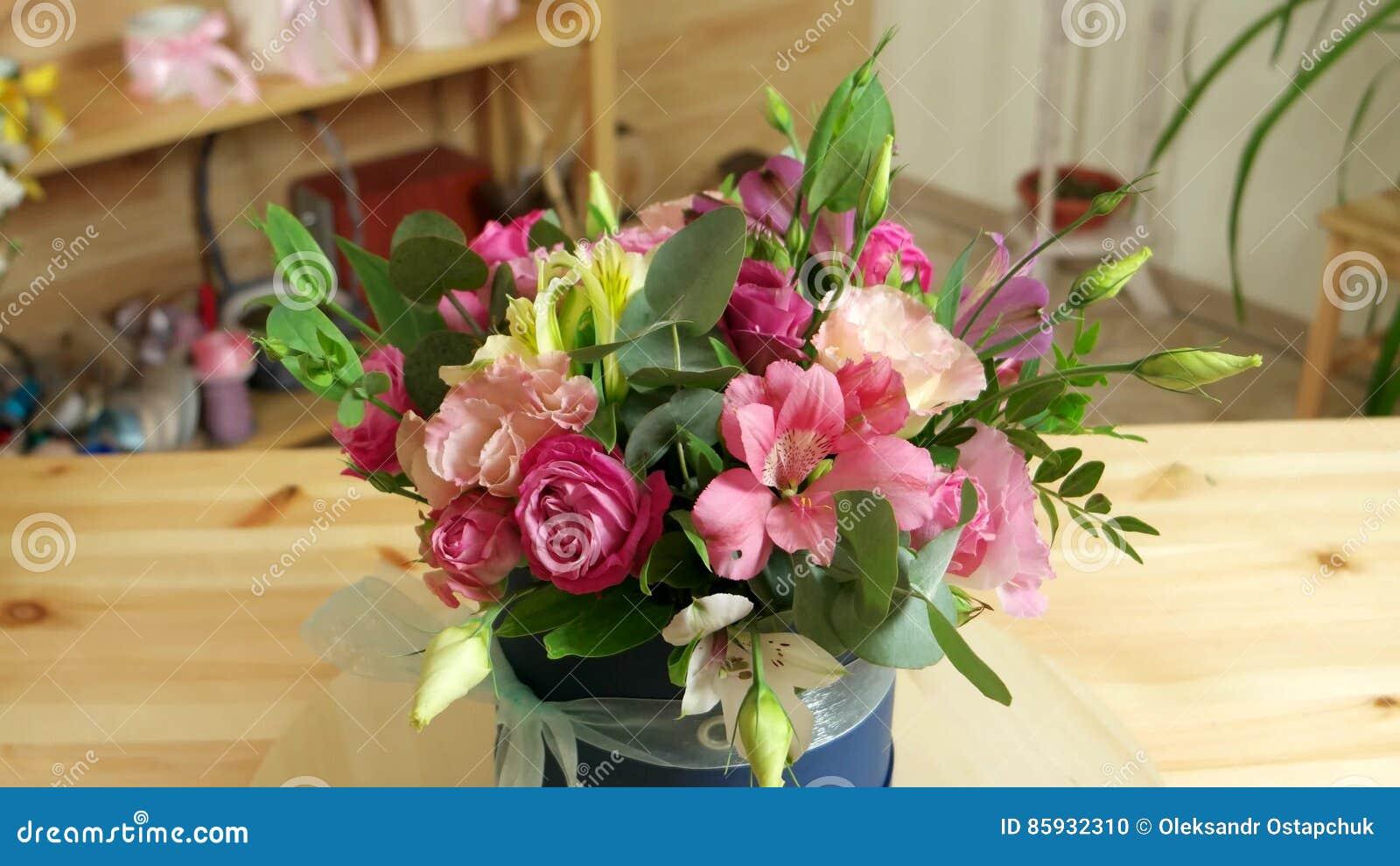 Forme Los Arreglos Florales De Las Rosas Y De Otras Plantas
