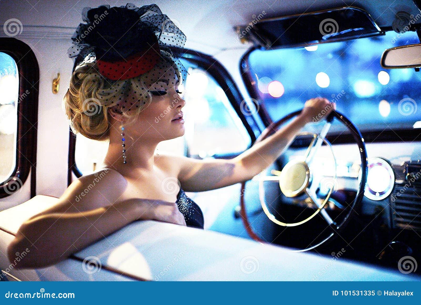 Forme a menina no estilo retro que levanta no carro velho