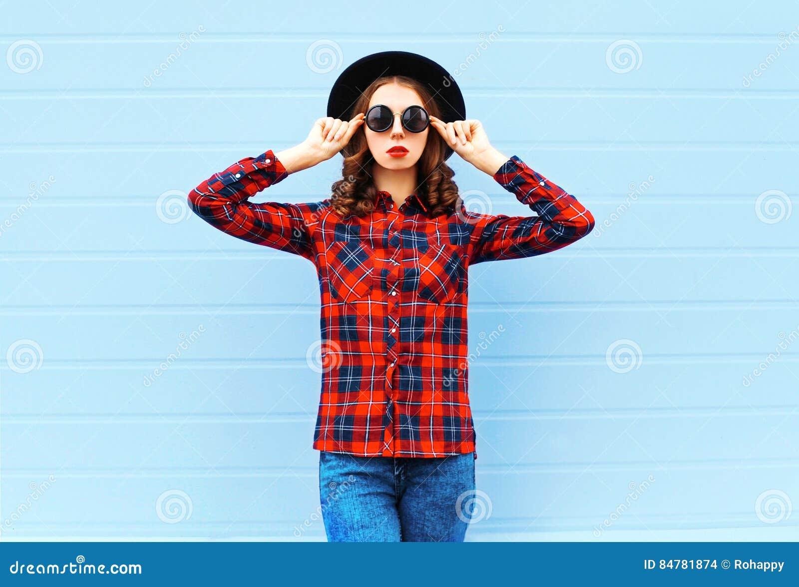 Forme A Mujer Joven El Sombrero Negro Que Lleva Modelo 93f6aa3dd1e