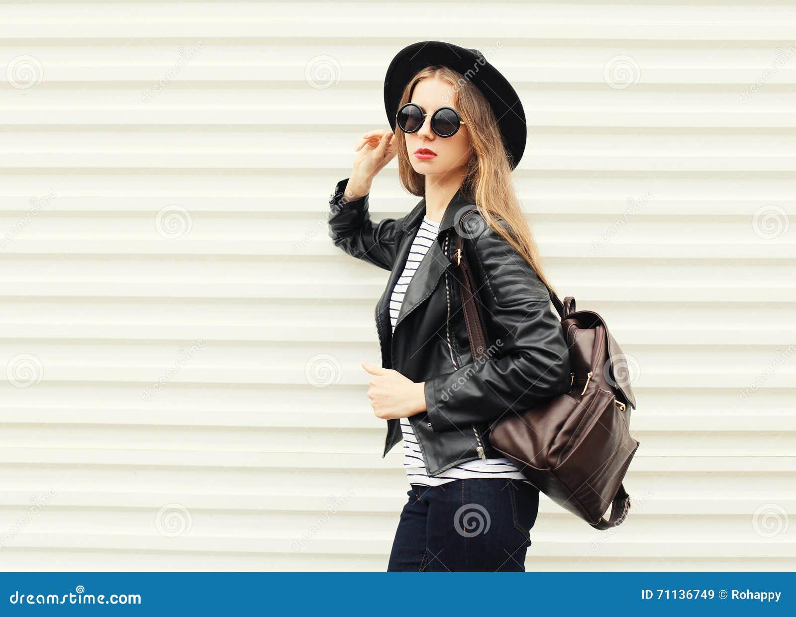 Forme a mulher consideravelmente fresca no estilo preto da rocha sobre o branco