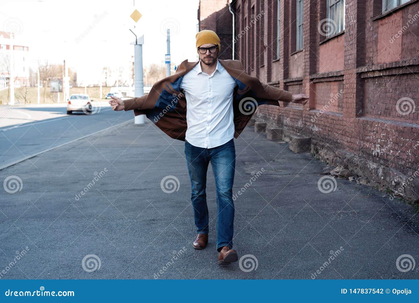 Forme o retrato do homem Homem novo nos vidros que vestem o revestimento que anda abaixo da rua