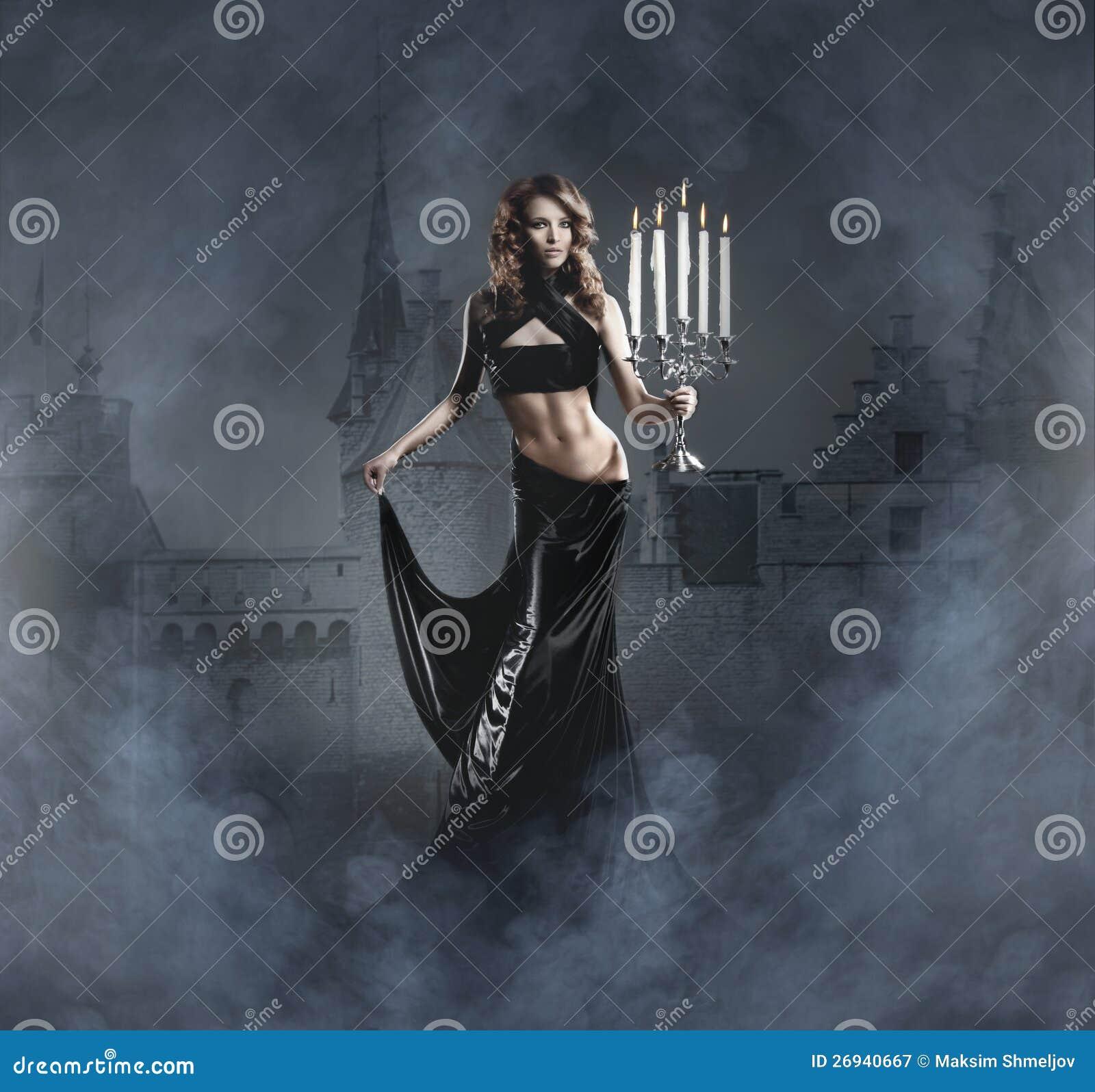 Forme o tiro de uma mulher nova em um vestido preto