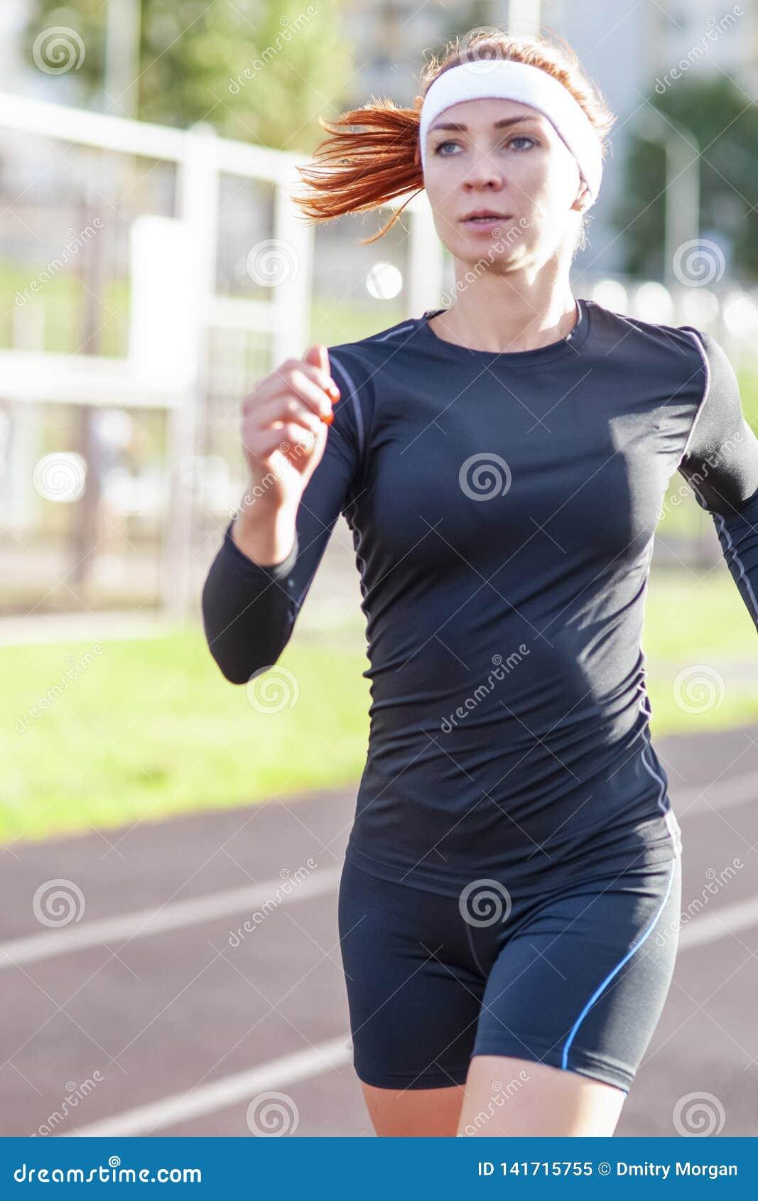 Forme physique et concepts sains de mode de vie Athlète féminin Having Running Exercise dehors