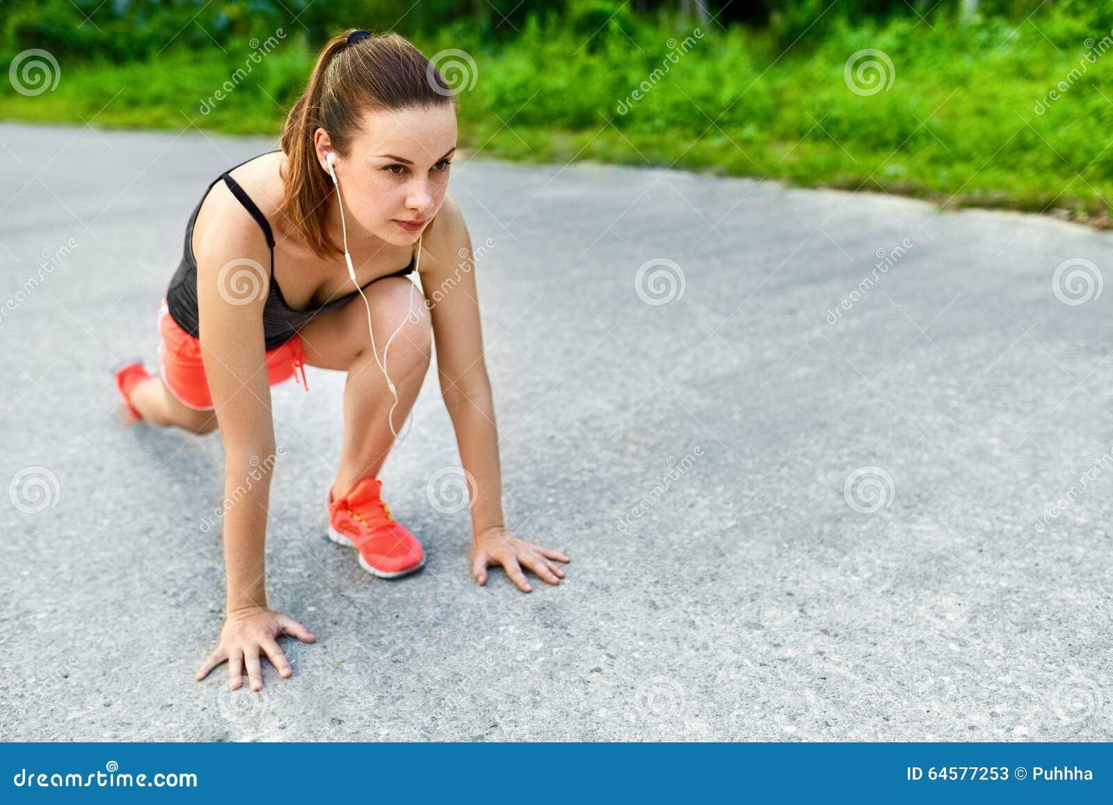Forme physique Femme étirant la préparation pour courir Sports, s exerçant,