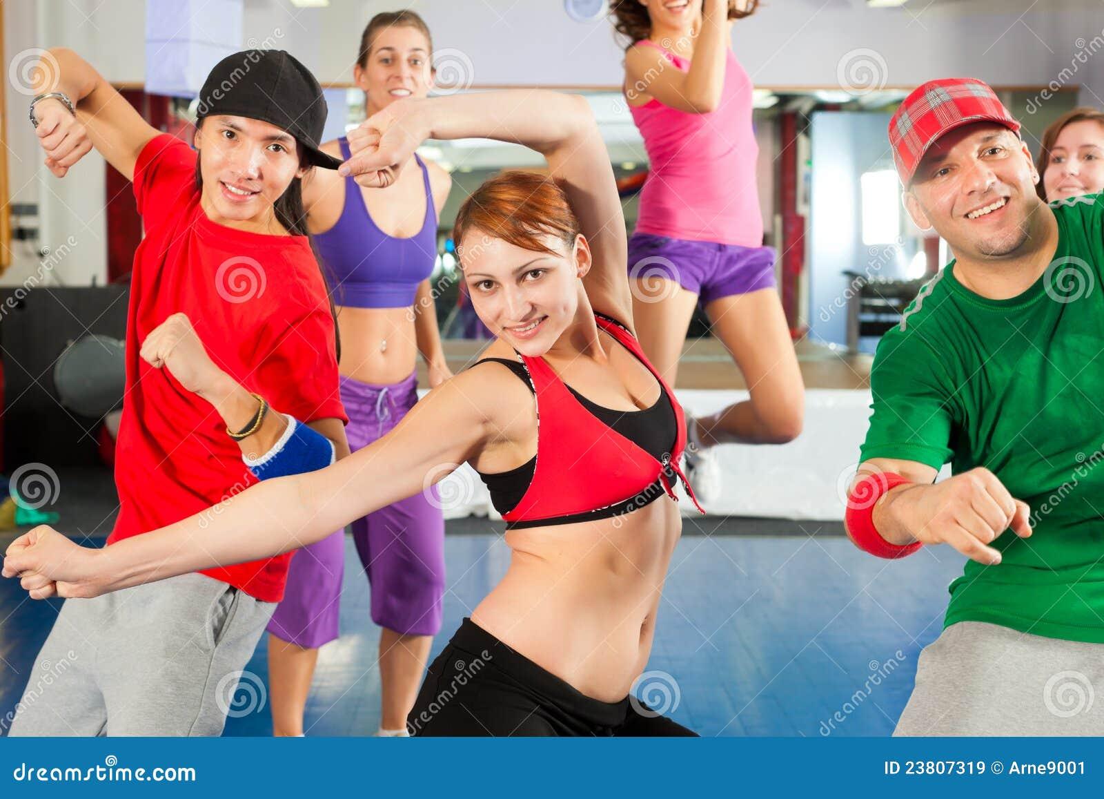 Forme physique - formation de danse de Zumba en gymnastique