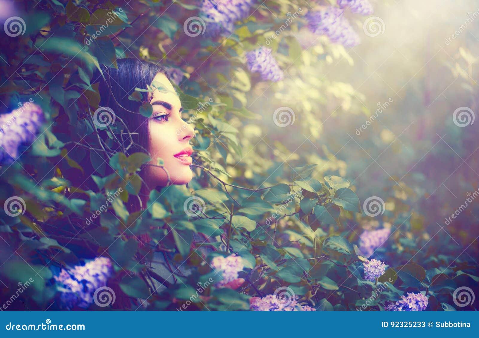 Forme a primavera el retrato modelo de la muchacha en jardín de la fantasía de la lila